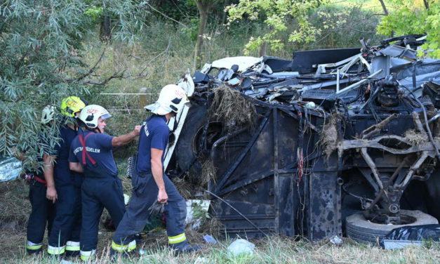 Végzetes buszbaleset Fejérben, nyolc halott, csaknem félszáz sérült